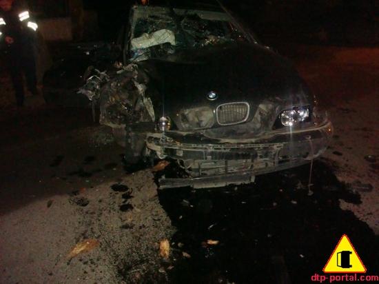 BMW врезалась в столб