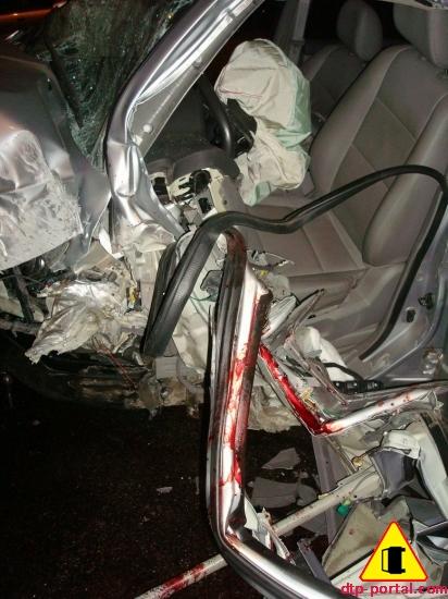 Разбитый в ДТП Kia Sportage, кровь в ДТП фото