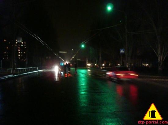 Фото проезжей части после ночного ДТП (наезд на девушку-пешехода)