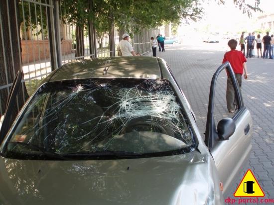 Фото лобового стекла Ланоса после наезда на водителя скутера