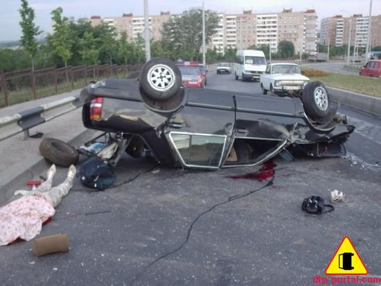 Автомобиль-на-крыше-и-труп-девушки-пассажира.jpg