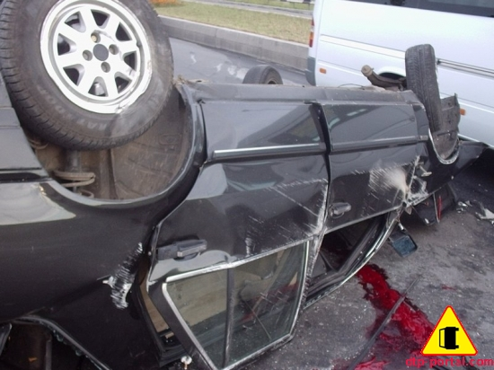Фото-лужи-крови-возле-автомобиля-LANZIA.jpg