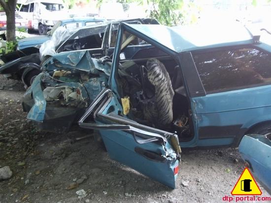 ВАЗ-2108 разбитая в ДТП, ВАЗ после удара об столб
