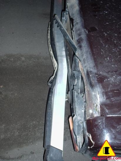 Фото ДТП. Вид сверху переднего бампера и капота, после наезда на пешехода