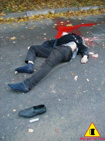 Труп пешехода, попавшего под колеса грузовика. На фото кровь и фрагменты мозга