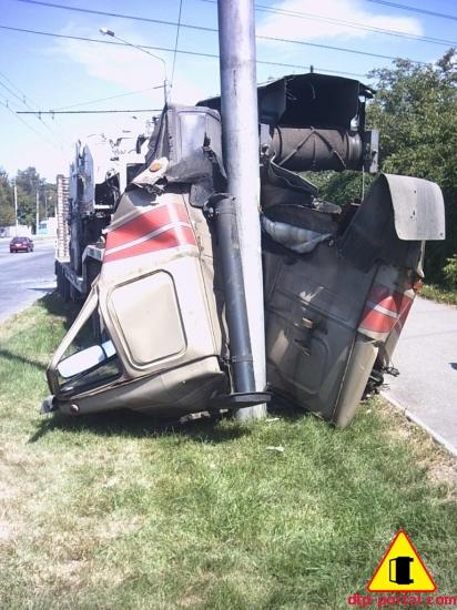 Пассажир погиб под колесами грузовика.