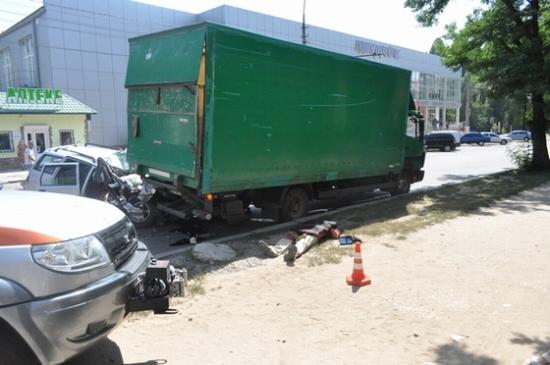 фото двух автомобилей и трупа после дтп_thumb.jpg