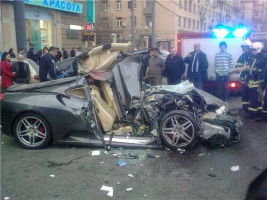 Ferrari протаранила 4 припаркованные машины