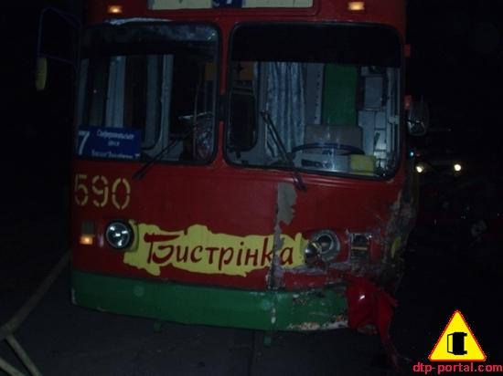 троллейбус выехал на бордюр