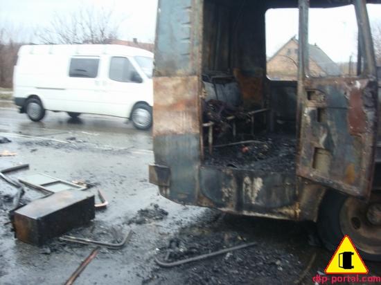 задняя дверь сгоревшего автобуса